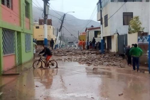 Masa de lodo y piedras ocasionó la caída de varios postes de alumbrado eléctrico en la ciudad de Aplao.