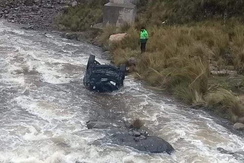 La camioneta de placa F0S-550 se salió de la pista y cayó a las aguas del río Yauli.