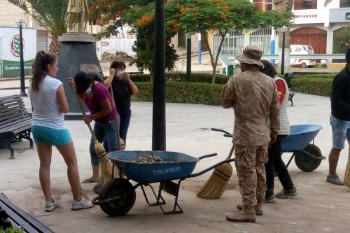 Miembros del Ejército y pobladores limpian las calles y avenidas de la ciudad de Aplao, capital de la provincia de Castilla, región Arequipa.