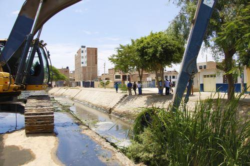 El dren 2210 cruza la ciudad de Lambayeque y por ello urge su descolmatación y limpieza.