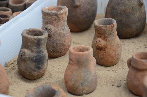 En el interior de la cámara funeraria se hallaron varios objetos algunos deteriorados por acción del huaqueo.