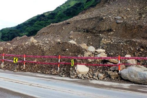 Producto de las lluvias que se registran en la región Cajamarca, se produjo un deslizamiento en la vía Cajamarca-Ciudad de Dios.