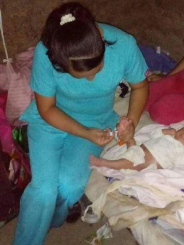 No le importó el peligro que representaba para su vida, Edid Chumacero cruzó un crecido río para ir en busca de un recién nacido que necesitaba atención médica.