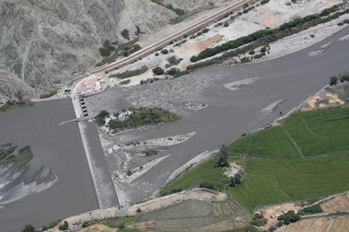 El ministro de Defensa, José Huerta, sobrevoló varios ríos de la región Áncash para identificar zonas vulnerables y definir acciones.