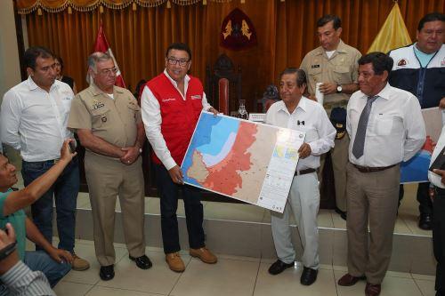 El ministro de Defensa, José Huerta, entregó cartas de inundación por tsunami a nueve alcaldes distritales de Áncash.