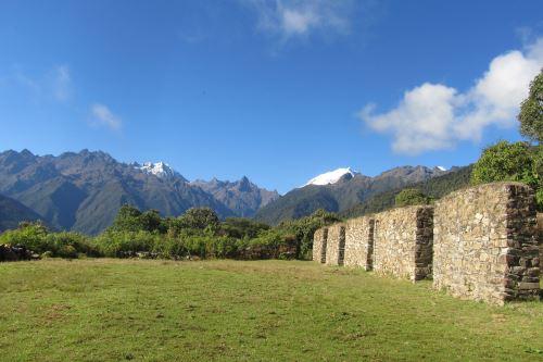 En el trayecto del camino inca a Machu Picchu existe una diversidad de monumentos arqueológicos.