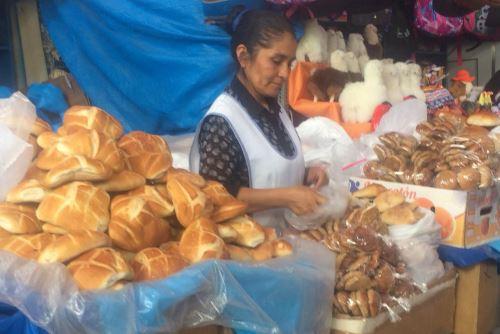 El plástico es de uso común por los comerciantes del mercado San Camilo de Arequipa.