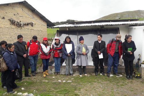 Un total de 139 familias de tres centros poblados de Pasco recibieron las casas térmicas.