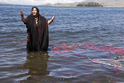 Sacerdotisa aimara Victoria Carrillo realizó ritual de purificación del agua en el lago Titicaca.