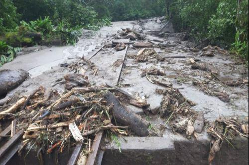 Toneladas de piedra, lodo y palos causaron daños en rieles y durmientes.