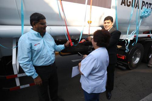 El director ejecutivo del OTASS, Oscar Pastor, entregó a la EPS Semapach un nuevo camión cisterna de 9,000 galones.
