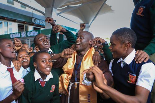Tabichi es recibido por sus alumnos