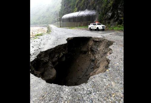El desborde del río Chanchamayo provocó el colapso de unos 50 metros de la plataforma asfáltica del tramo Tarma-La Merced de la carretera Central.