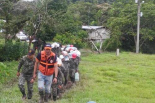 Las autoridades regionales, con apoyo de efectivos del Ejército, llevaron bienes de ayuda humanitaria a los damnificados del caserío 3 de Octubre.