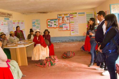 En Ácora las mujeres impulsan emprendimiento de prendas de alpaca tejidas a mano.