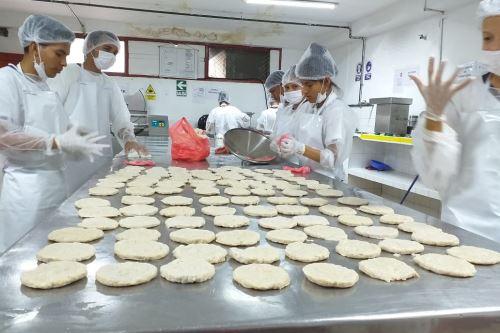 Los estudiantes loretanos aprenden también a elaborar salchichas de paiche.