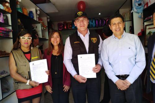 El presidente del Inpe, Carlos Romero, suscribió un convenio con la empresa Shikokos para impulsar la producción y comercialización de los productos hechos en el penal de Ayacucho.