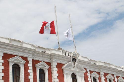 El Gobierno Regional de La Libertad y la Municipalidad Provincial de Trujillo izaron el pabellón nacional y la bandera de la ciudad a media asta.