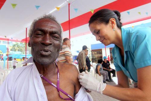 Ante la temporada de bajas temperaturas, los usuarios de Pensión 65 fueron inmunizados contra la neumonía.