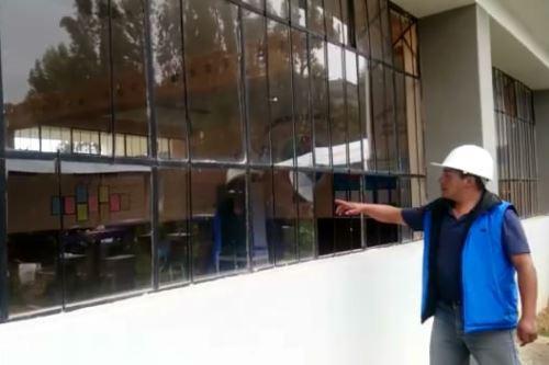 El alcalde de Pucará, Anderson Torres, constató daños en el colegio Mariscal Cáceres.