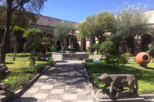 El convento de San Francisco, cuya construcción data del siglo XVII, está ubicado a tres cuadras de la plaza de Armas de la Ciudad Blanca.