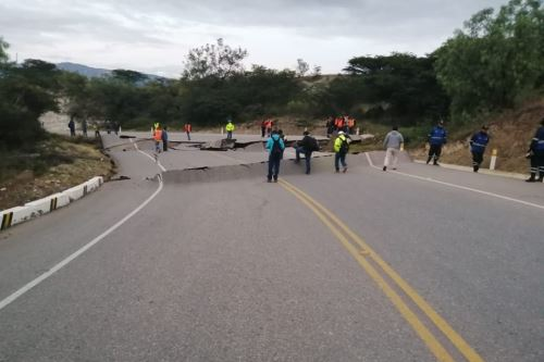 El fuerte sismo provocó un desplazamiento de terreno que afectó la carretera Cajamarca-Cajabamba.