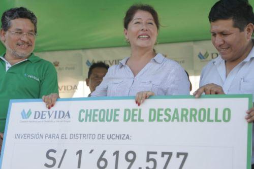 La alcaldesa distrital de Uchiza (San Martín), Doli Gonzales Fernal, recibió un cheque del desarrollo por 1'619,557 soles.