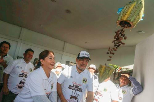 El presidente ejecutivo de Devida, Rubén Vargas, hizo la entrega formal de una planta procesadora de cacao en el distrito de Uchiza.