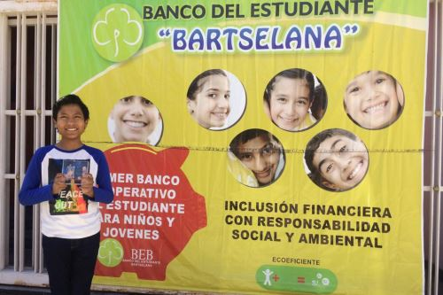 El escolar arequipeño José Quisocala (14) creó el primer ecobanco, donde el residuo sólido es la moneda para todas las operaciones financieras.