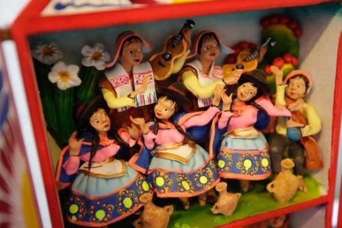 El retablo ayacuchano tiene sus antecedentes en las antiguas cajas o cajones de madera con figuras de santos en pintura, bulto o relieve creadas por el cristianismo en Europa oriental durante los inicios de la Edad Media.