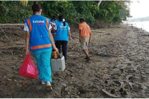 Personal de EsSalud se desplazó en deslizador y caminó en medio de la selva agreste e intenso calor para vacunar a niños de comunidades machiguengas.