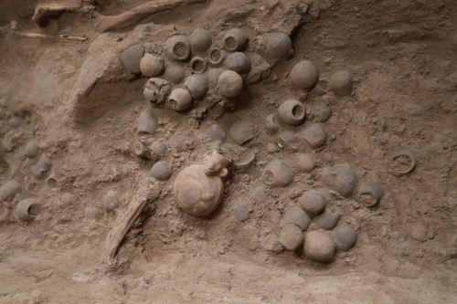 En la cámara funeraria de la última mujer de la élite mochica se hallaron 204 vasijas en miniatura, objetos de metal, dos cántaros cara-gollete con decoración pictórica.