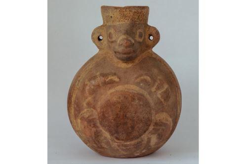 Este es uno de los dos cántaros cara-gollete con decoración pictórica que fue encontrado en la cámara funeraria de la última mujer de la élite mochica descubierta en huaca Santa Rosa de Pucalá, región Lambayeque.