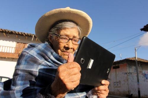 Usuarios del programa Pensión 65 de Cajamarca aprenden a leer y escribir con la aplicación Dispurse Focus que usan en sus tabletas.