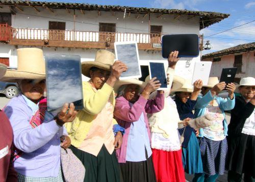 Usuarios de Pensión de 65 de Cajamarca recibieron tabletas con la aplicación Dispurse Focus, que les permitirá aprender a leer y escribir.
