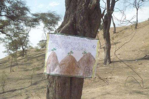 Profesoras y alumnos de la Institución Educativa Inicial de Palo Blanco confeccionaron carteles con mensajes para detener el deterioro del patrimonio cultural de Lambayeque.