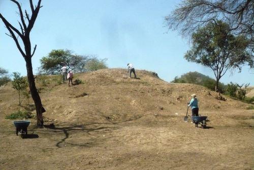 La Huaca Palo Blanco, ubicada en caserío del mismo nombre, en el distrito de Motupe, es Patrimonio Cultural de la Nación desde el 2002.