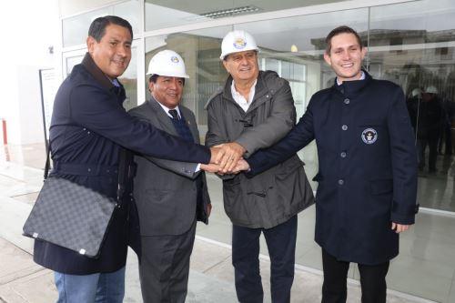 El gobernador de Pasco y el presidente de la USIL se reunieron con el representante del Guinness World Records, Ralph Hannah.