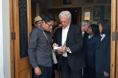 El laureado escritor Mario Vargas Llosa, quien se encuentra en la ciudad de Arequipa,  autografió libros. Foto: Gobierno Regional de Arequipa.