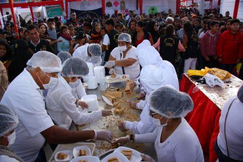 Un king kong de seis metros de largo y 350 kilos se preparó durante la Feria Cultural, Turística y Empresarial de Lambayeque.