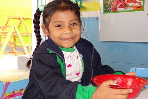 Los beneficiarios del programa Qali Warma consumen alimentos ricos en hierro y vitaminas.