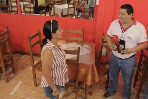 Funcionarios visitaron restaurantes y similares en la provincia de Tocache para promover el consumo del café local.