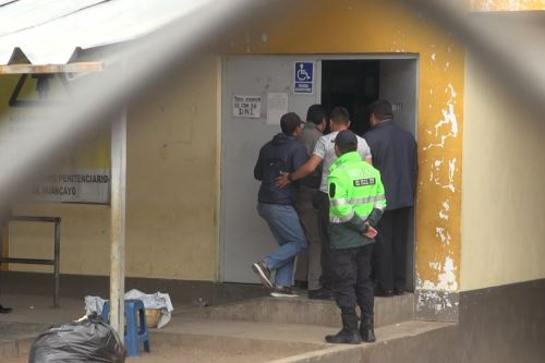 Al establecimiento penitenciario de Huamancaca Chico, Vladimir Cerrón ingresó enmarrocado.