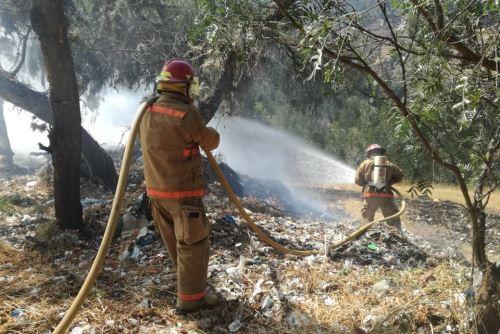 Guardaparques bomberos lucharon para controlar el incendio forestal y evitar que llegue al Parque Nacional Huascarán.