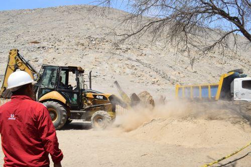 La municipalidad distrital de Buena Vista apoya con maquinaria pesada y herramientas las labores de exploración en busca de nuevos vestigios en el sitio arqueológico Sechín.
