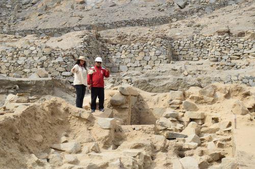 El alcalde Pajito recorrió el sitio arqueológico Sechín con la arqueóloga Suárez.