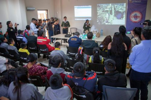 Escolares Claudio Jesús Moreno Rosales y Sayuri Trejo Lugo presentaron proyecto Alarma antialuvones, salvando vidas en feria organizada por el Gobierno Regional de Áncash.