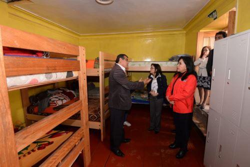 La ministra de la Mujer y Poblaciones Vulnerables, Gloria Montenegro, visitó centros de atención de niños y adolescentes en la ciudad del Cusco.