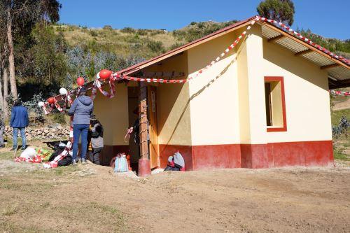 El MVCS invertirá más de 37 millones de soles en la construcción de 1,300 viviendas rurales bioclimáticas Sumaq Wasi en Huancavelica, Junín, Apurímac, Ayacucho, Arequipa y Tacna.
