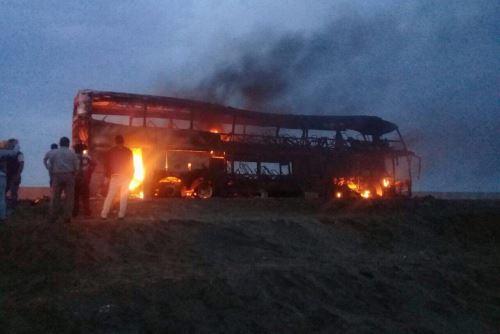 Así quedó el bus de la empresa turística Mony Tours, de placa D1M-967, que se incendió esta madrugada.